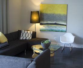Salon confortable et lumineux d'un condo dans le projet Pointe-Est, à Pointe-aux-Trembles.