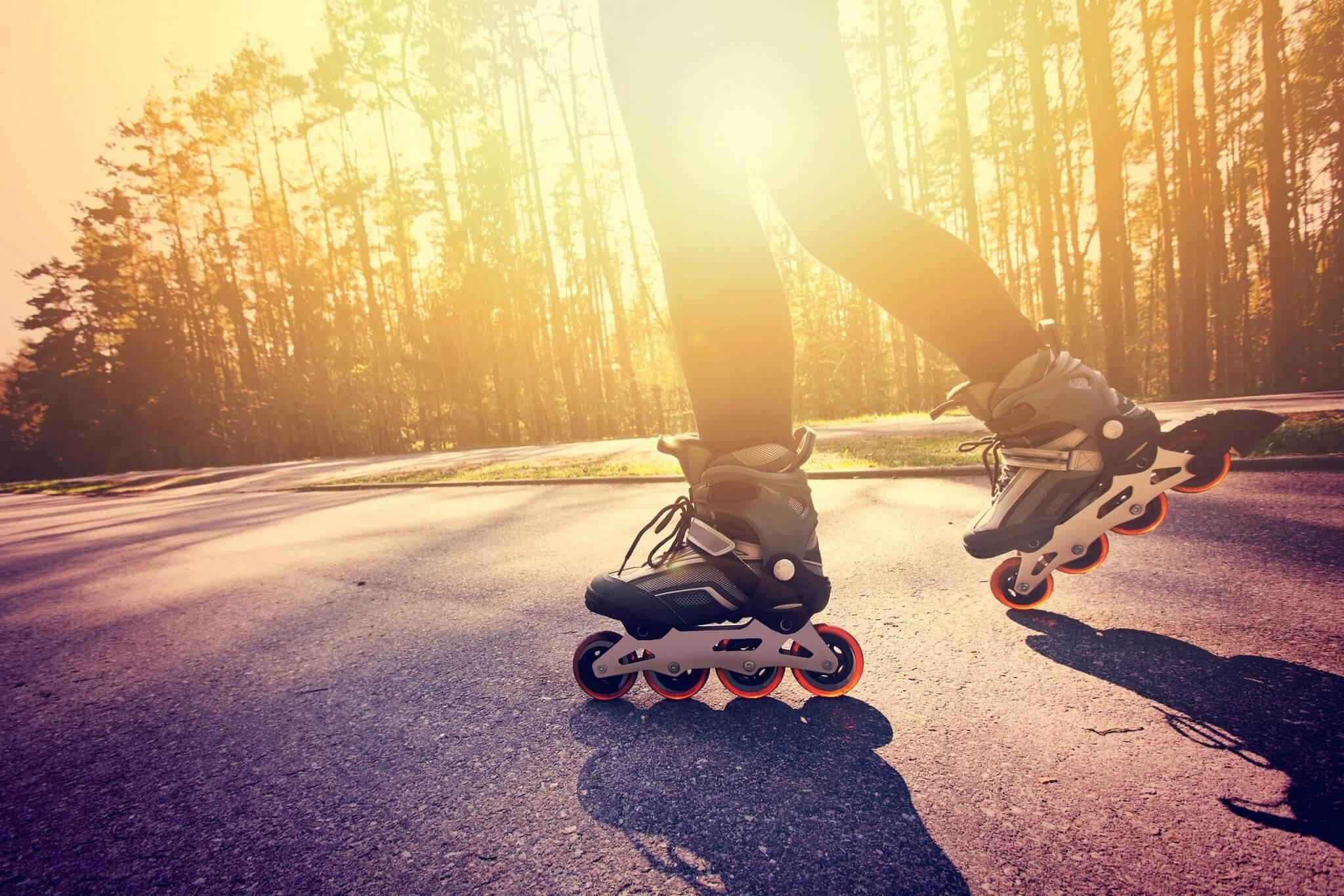 Résident du projet Pointe Est en patin à roues alignées