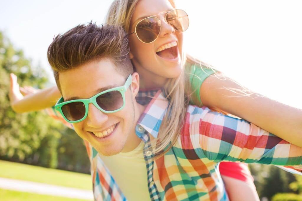 Couple souriant appréciant leur style de vie au projet Pointe Est à Montréal