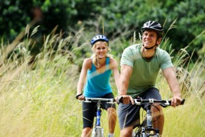 Cyclistes profitant des espaces verdoyants près du projet Pointe Est